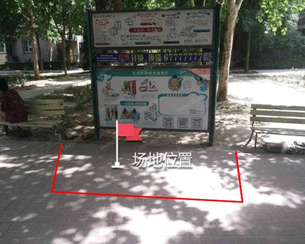 北京龙锦苑东五区 - 北门休息区宣传栏前