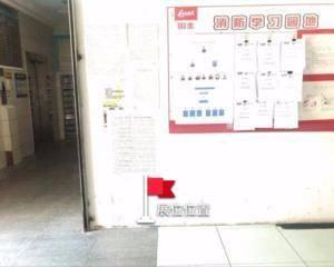 电梯门口旁