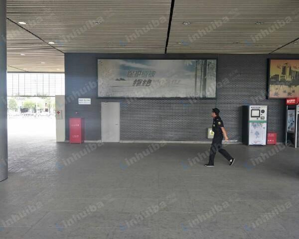 西苑交通枢纽 - 大厅B口机器前侧立柱中间位置
