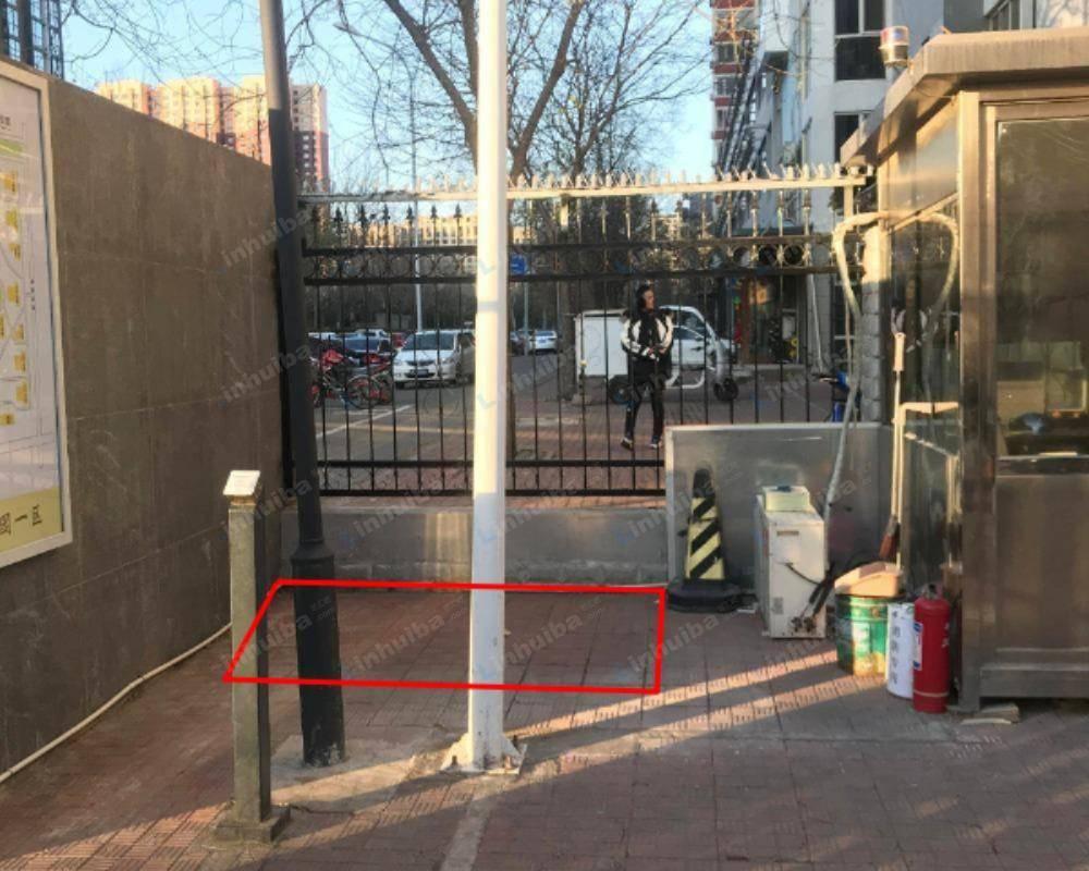 北京利泽西园 - 西门保安室右侧