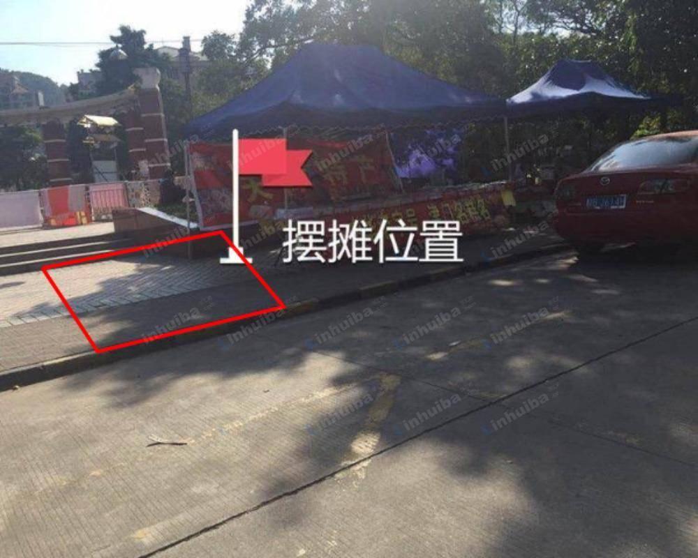 深圳水晶之城 - 中心水池旁