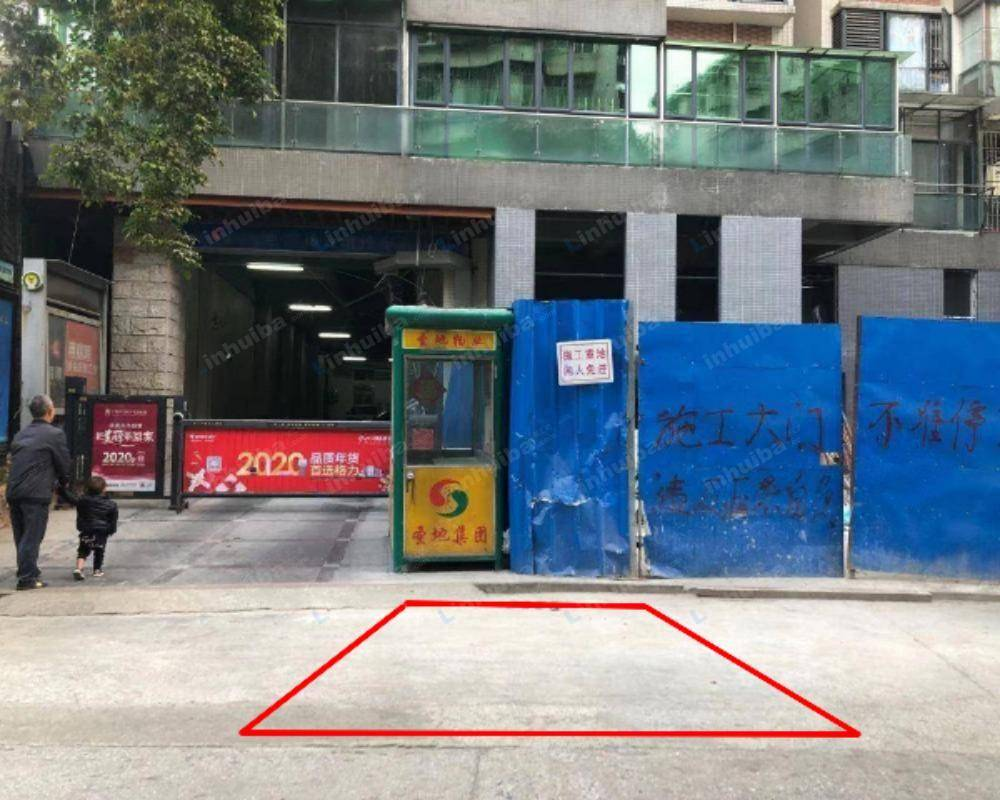 广州圣地摩坊公馆 - 停车场出口旁