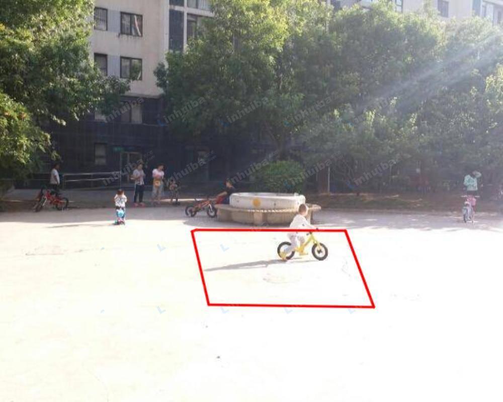 北京天时名苑 - 中心小广场座椅前