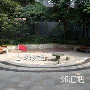 小区中央位置的园台上