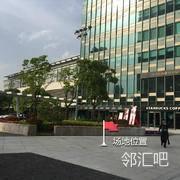 办公楼前庭靠近星巴克外广场