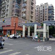 南门B区8号岗,小区边上的保安岗旁,靠近桥头或者靠近萍水西街的北门