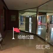 二楼地铁通道电梯玻璃门内